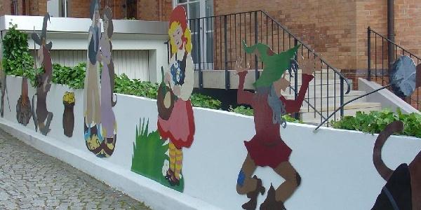 Märchenfiguren vor dem Märchenmuseum