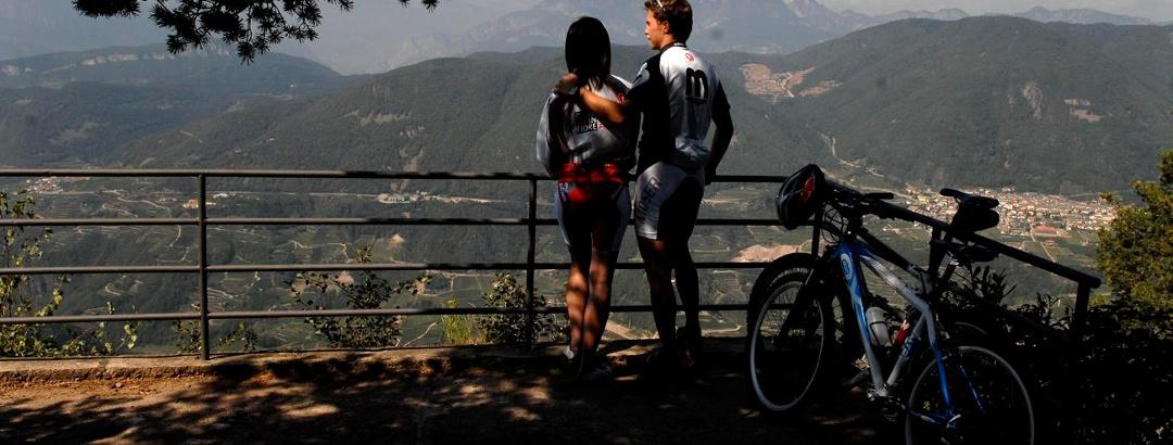 Vielerorts werden die Mountainbiker mit herrlichen Ausblicken für die Mühen der Auffahrt belohnt.