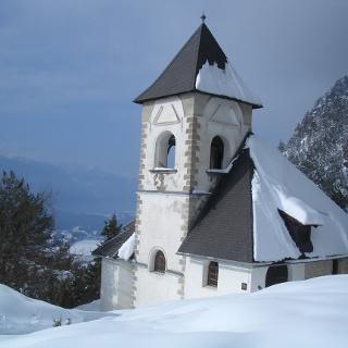 Kirche St. Steben - auch im Winter ein beliebtes Ziel, links der Pressegger See