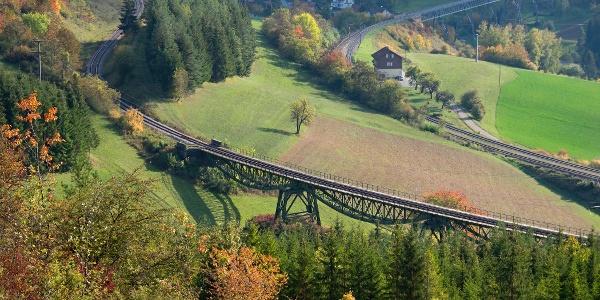 Vier-Bahnen-Blick: Bahnhof und Talübergang Epfenhofen