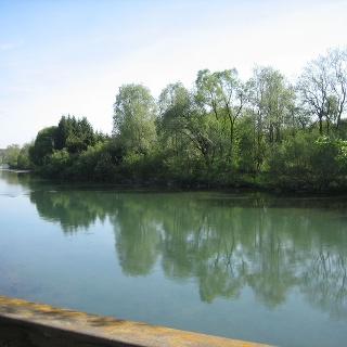 Ruhiger Flusslauf beim Zufluss Waltenhofener Bach