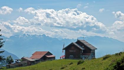 Alpwegkopfhaus mit Bergpanorama