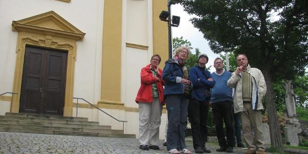 Vor der Kirche in Kürnach
