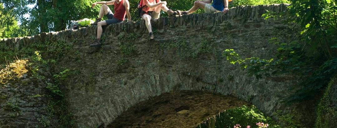 Alte Brücke über die Nister beim Kloster Marienstatt.