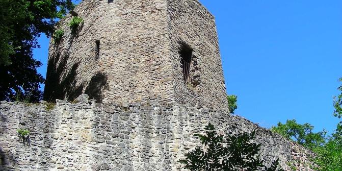 Imposant thront die Burgruine Altwolfstein hoch über dem Städtchen.