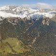 Panorama kompletter Wettersteinkamm von Süden: Im Vordergrund das Gaistal und rechts Leutasch; Hinten links: schneebedecktes Zugspitzplatt mit der Zugspitze  etwa mittig dahinter und dem Einschnitt des Gatterls davor; im linken Bilddrittel Hochwanner und der schneefreie Kegel des Predigtstuhls niedriger davor; etwa Bildmitte Garmischer und Leutascher Dreitorspitze; rechts Gehrenspitze; ganz rechts hinter Leutasch die Arnspitze und das Karwendel (Gipfel in Wolken).