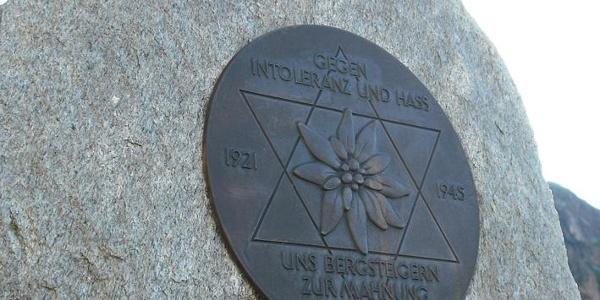Gedenkstein vor der Hütte.