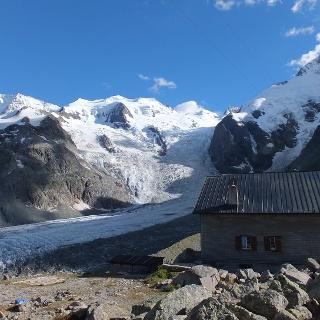 Die Bovalhütte vor der herrlichen Bergkulisse der Berninagruppe