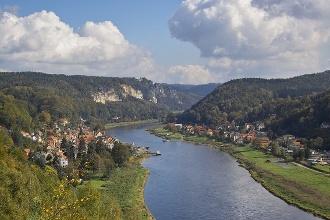 Foto Stadt Wehlen (links) und der Ortsteil Pötzscha (rechts) an der Elbe von der Wilke-Aussicht gesehen. Im Hintergrund die Bastei.