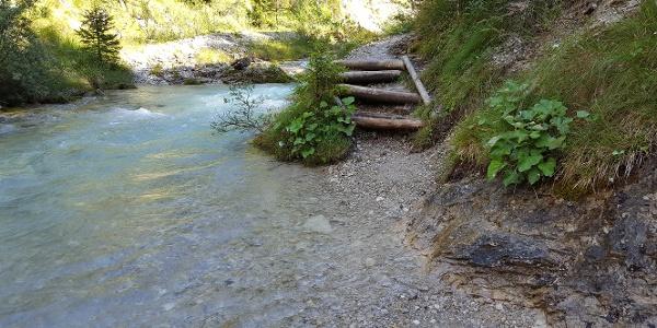Hier führt der Pfad direkt durch das Wasser