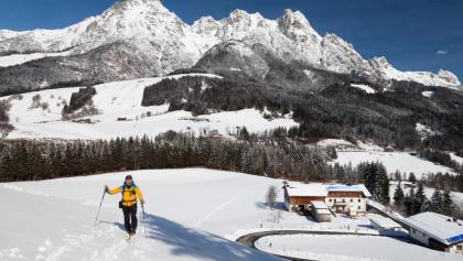 Im unteren Teil des Anstiegs: Gehöft Lehenbrand & Leoganger Steinberge