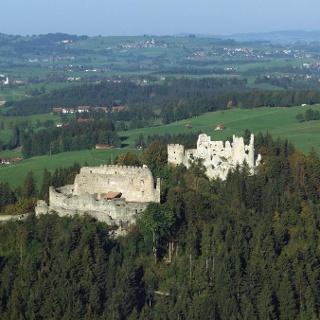 Luftaufnahme der Burgruinen Hohenfreyberg und Eisenberg