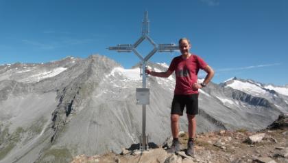 Napfspitz - am Gipfel - im Hintergrund: Hochfeiler, Hoher Weißzint (hinter dem Gipfelkreuz) und Großer Möseler