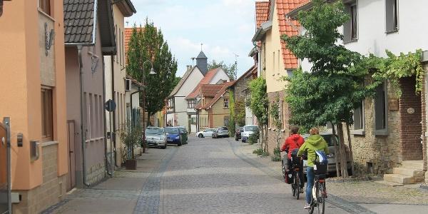 Fahrt durch den historischen Ortskern von Bechtholsheim