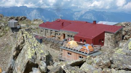 """Glungezerhütte mit Roman's Biwak (li), Schlafhütte """"TuXer"""" (re)  und """"Base-Camp"""""""