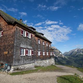 Die Falkenhütte mit Blick ins Tal