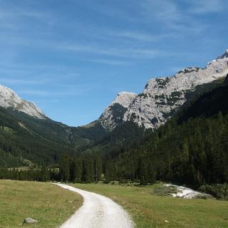 Karwendeltal mit Karwendelhaus am Sattel