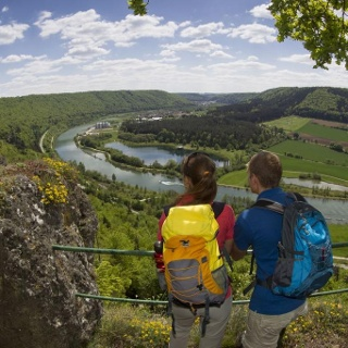 Blick vom Aussichtspunkt Falkenhorst ins Altmühltal und auf Riedenburg