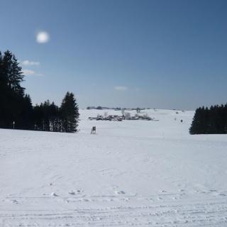 Am Loipenanschlusspunkt zu den Bad Grönenbacher Loipen, Blick auf Hueb