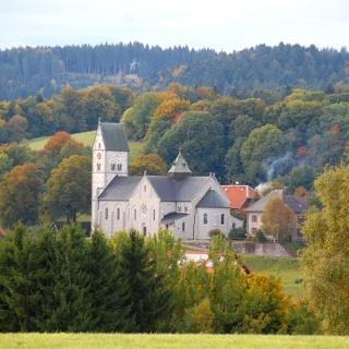 Blick von Dachsberg-Happingen zur Pfarrkirche in Hierbach