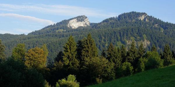 Spitzstein und Brandelberg liegen schon in der Morgensonne