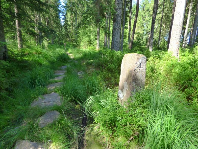 Geschichtsträchtige Wappensteine und idyllische Karseen
