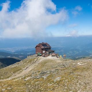 Zirbitzkogelhütte vom Gipfel aus