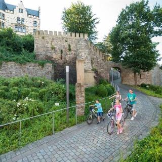 Radfahrer vor der Burg Rode