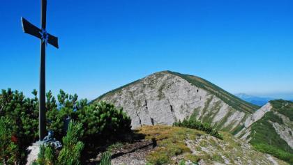 Das Gipfelkreuz am Kleinen Göllers - der Göller-Gipfel im Hintergrund