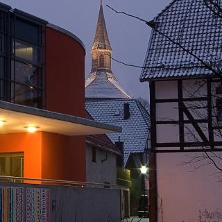Blick von der Grundschule auf den Martiniturm