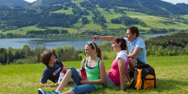 Familie am Grüntensee mit Blick auf die Reuterwanne