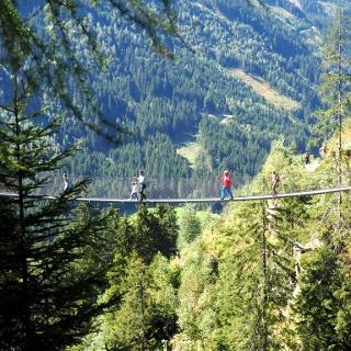 הגשר התלוי במסלול של מפלי ריזאך