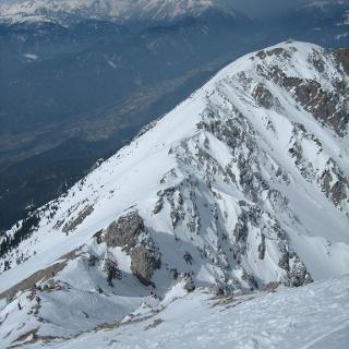Gipfelgrat, im Hintergrund die Julischen Alpen