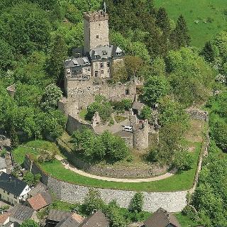 Kalkeifel-Radweg_Blick auf Burg Kerpen, die in 500 Meter Höhe auf einem Dolomitsporn über dem Eifelort Kerpen thront