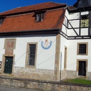 Kirche mit Sonnenuhr in Spichra