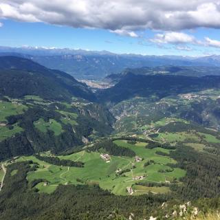 Blick nach Bozen vom Völsegg-Spitz. / View toward Bolzano from the top of the Völsegg.