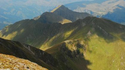 Blick vom Gipfel des Hohenwart auf den Schönfeldspitz (rechts) und den Riedlerzinken (Mitte hinten)