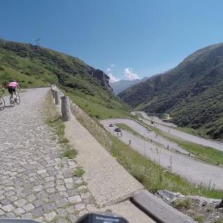 Die vielen Kehren im Val Tremola sorgen für Abwechslung