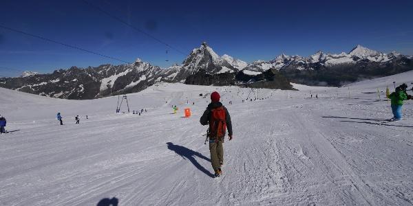 Entlang der Skipiste im Matterhorn Glacier Paradise