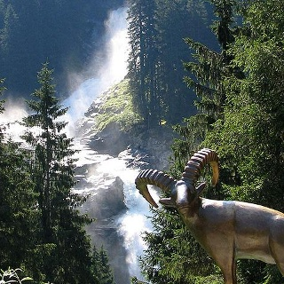 Der 1. Wasserfall mit Steinbock im Vordergrund