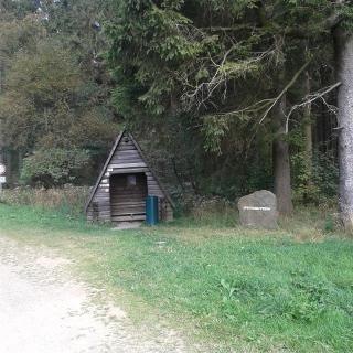 Schutzhütte und Grenzstein