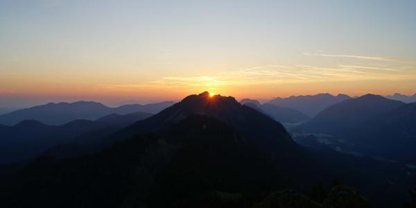 Der Moment des Sonnenaufgangs auf dem Brunnenkopf