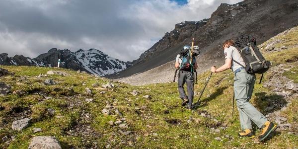 Auf 2500 m wird das Gelände etwas flacher, der Piz Quattervals ist in Sichtweite. Bald verliert sich der Weg in den Steinen.