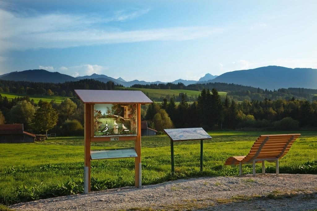 Schaukasten mit Panoramaliege am Vogellehrpfad Bad Bayersoien (Roland E. Richter)