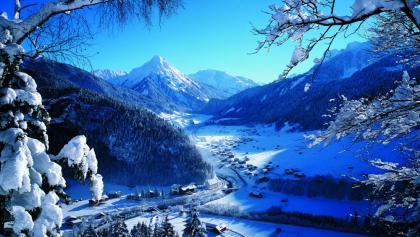 Au - im Hintergrund die Üntschenspitze