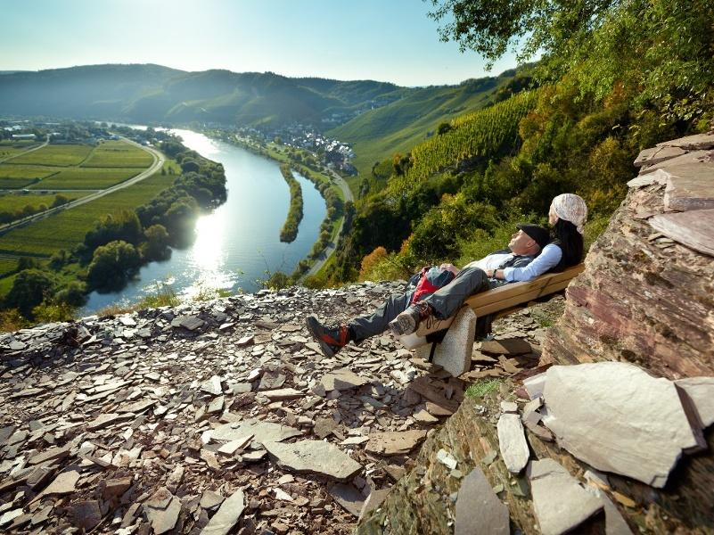 Foto: Blick vom Klettersteig auf die Mosel und  Ürzig