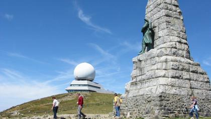 Gipfel mit Radarstation und Denkmal.