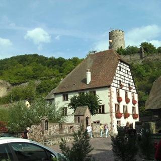 Rathaus mit Staufenburg-Ruine.
