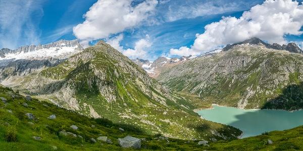 Panorame mit Dammstock (links), Tal der Chelenreuss, Göscheneralpsee und darüber der Hoch Horenfellistock