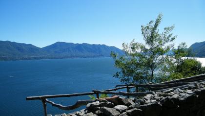 Mit herrlichen Blicken über den See schlängelt sich der Weg am Hang entlang.